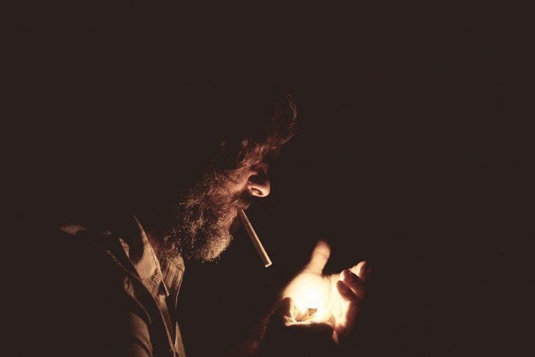 «Από κανένα» του λέω. Και χωρίς ενοχή αυτή τη φορά και οι δυο αφήνουμε τα τσιγάρα να φτάσουν μέχρι την καύτρα.